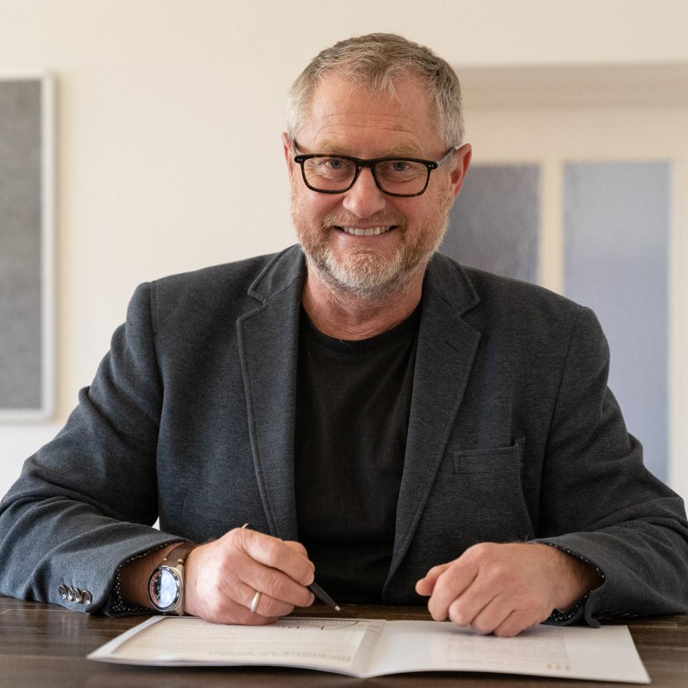 Stefan Hencke beim Unterzeichnen der Charta der Vielfalt.