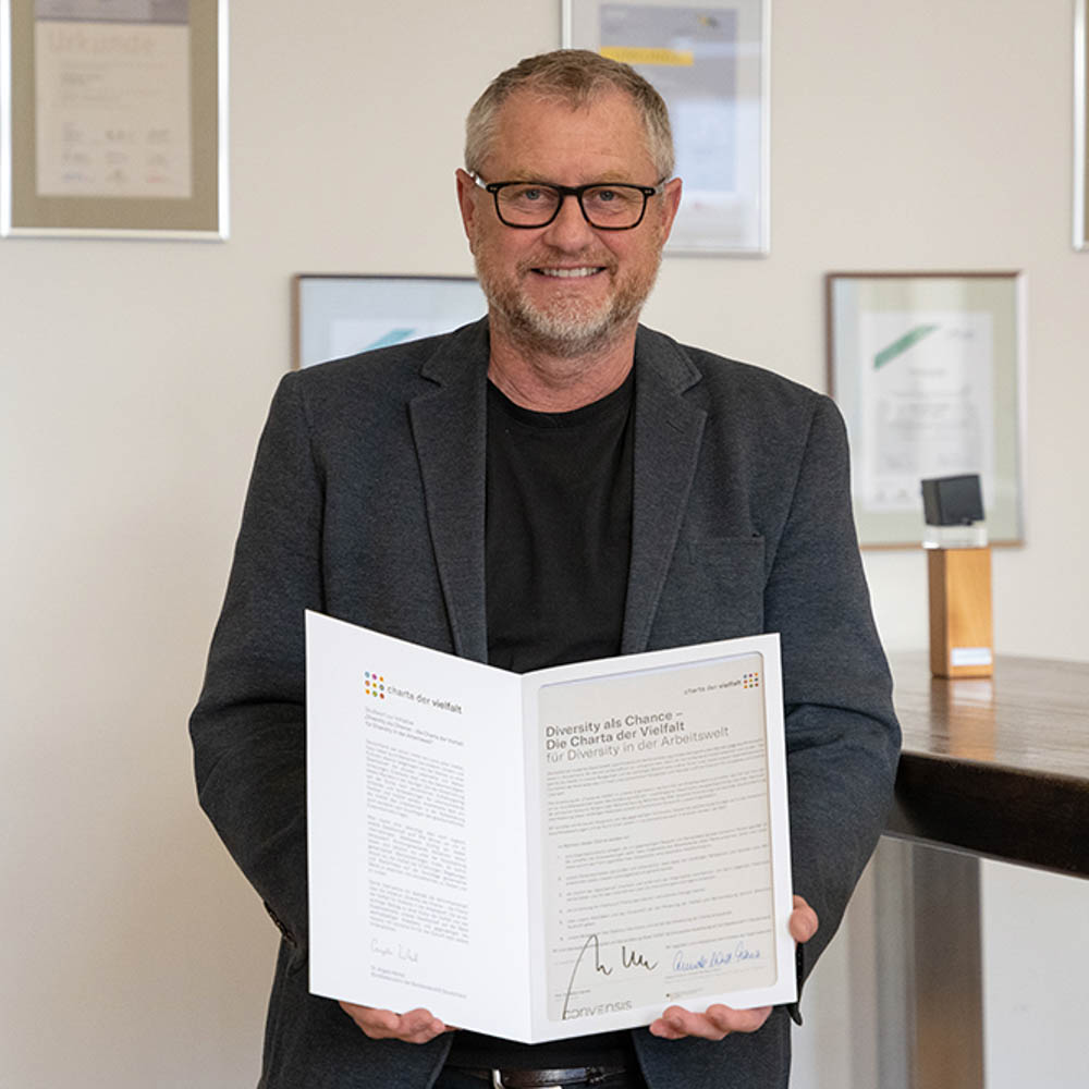 Stefan Hencke präsentiert die von ihm unterzeichnete Charta der Vielfalt.