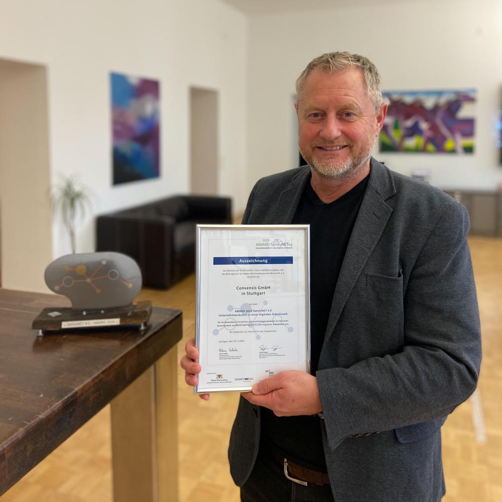 Mit Klick auf dieses Bild des Agenturinhabers Prof. Dr. Strefan Hencke mit der Auszeichnung familyNET 4.0 gelangen Sie zum Beitrag.