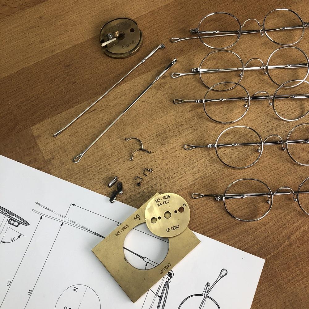 Mit Klick auf dieses Brillen-Flatlay von Lunor aus dem Moodfilm, gelangen Sie zum Beitrag