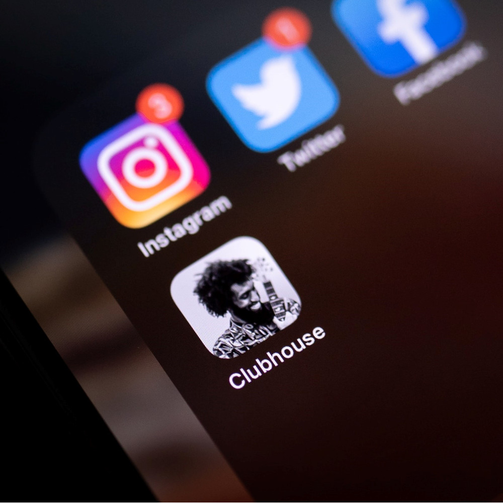 Mit Klick auf dieses Bild eines Smartphone-Screens mit der App Clubhouse gelangen Sie zum Beitrag.