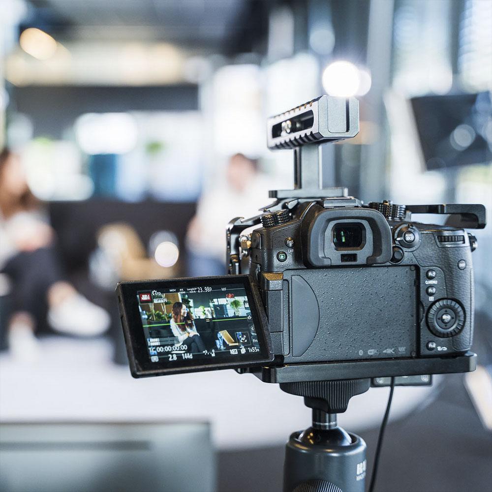 Das Bild zeigt eine Video-Kamera, die auf das Set der Lunor Digital Days gerichtet ist.